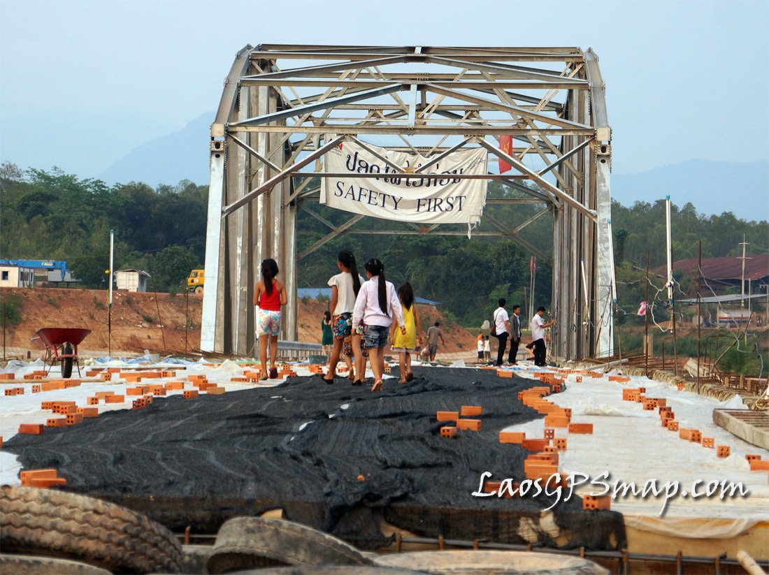 Road 10 bridge over the Nam Ngum, locals take a first look.