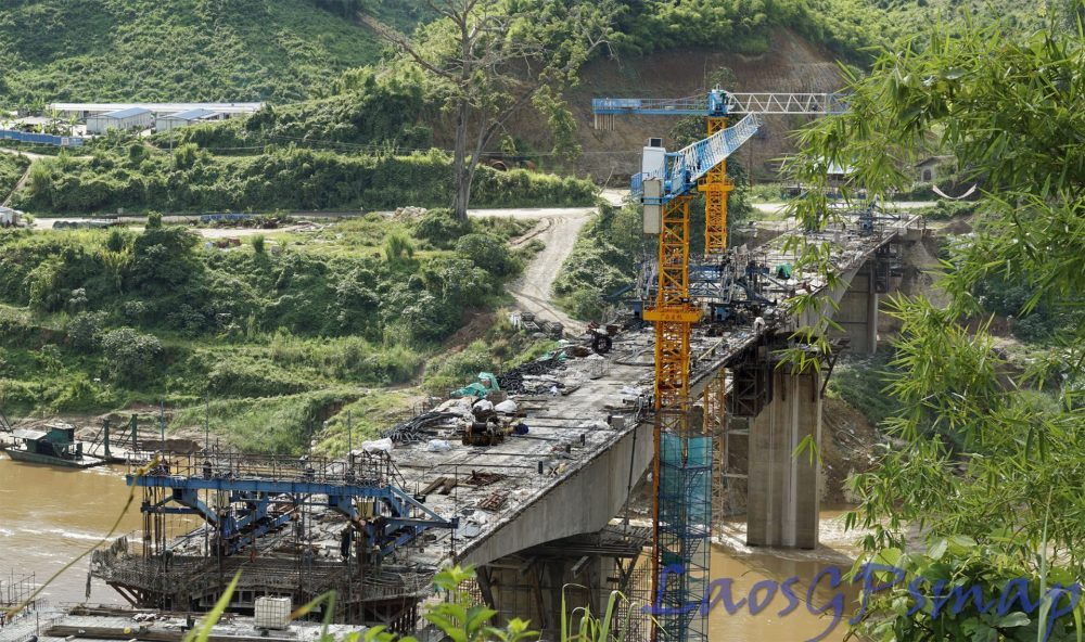 Mekong bridge at Pakbeng deckwork connected on schedule for opening 11 2015